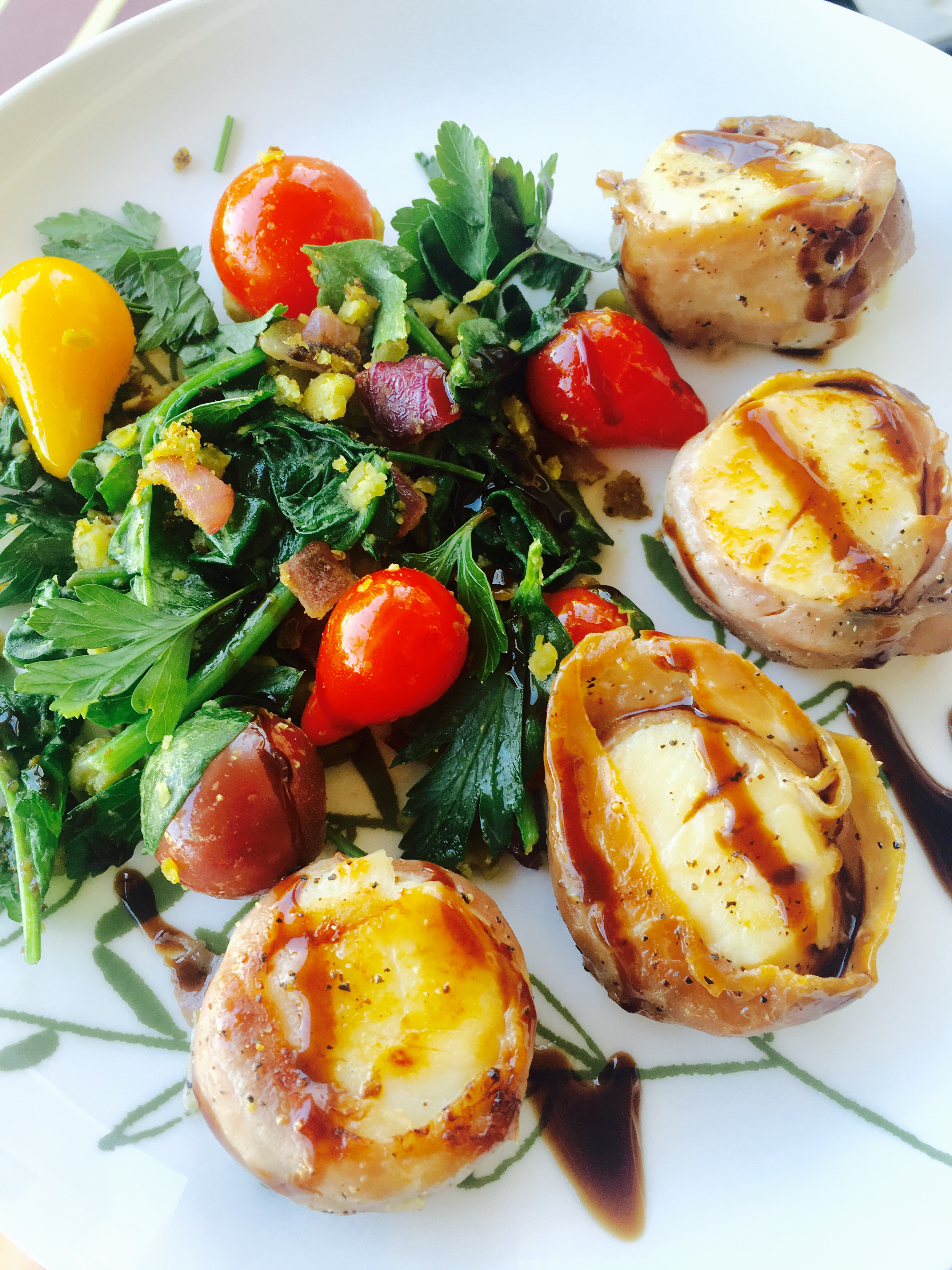 prosciutto-wrapped-scallops-with-balsamic-drizzle
