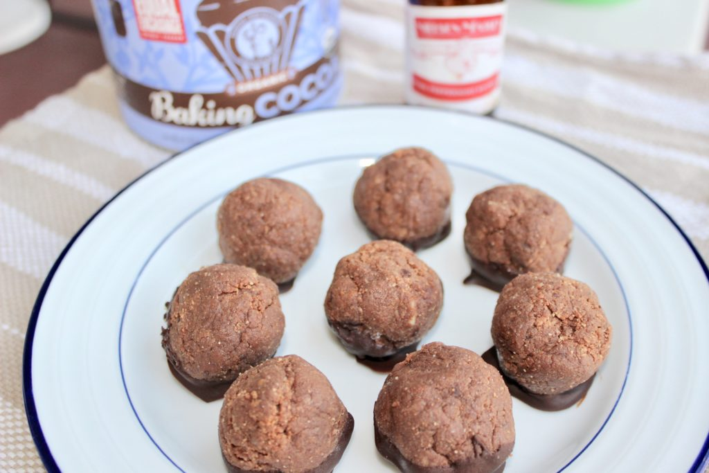 Do you like Thin Mints?  Cookie dough?  Then you're going to need these Thin Mint Dough Balls.  They're a healthy protein version you can have all year!